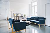Blaue Polstergarnitur in weißem Wohnzimmer in Altbauwohnung