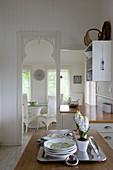 Landhausküche mit Durchgang und durchreiche zum Esszimmer