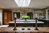 Alter französischer Bauernhaustisch, Kücheninsel mit Marmorplatte und antiker Schrank in großer Küche
