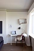 Arbeitsecke im Wohnzimmer mit weißer Wand