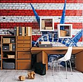 Arbeitszimmer mit Möbel aus Karton vor Amerika-Tapete