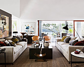 Gegenüberstehende Sofas im symmetrischen Wohnzimmer