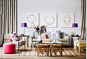 Feminines Wohnzimmer in Grau mit Farbakzenten in Pink und Violett