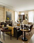 Wohnzimmer in eklektischem Stil, im Hintergrund Paravent vor Fenster