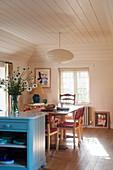 Offene Küche mit Essbereich, blau lackierte Anrichte mit Marmorplatte