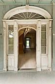Alte Tür mit Oberlicht in einem alten, verlassenen Haus