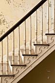 Alte Treppe mit gedrechseltem Geländer im leerstehenden Haus