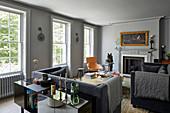 Eleganter Stilmix im Wohnzimmer in Grautönen