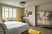 Schrank mit Landschaftsmotiv im Schlafzimmer in Beige und Gelb