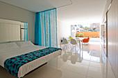 Moderne Einzimmerwohnung mit weißem Boden