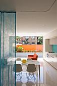 Moderne Einzimmerwohnung mit glänzendem weißen Boden