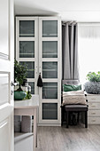 Gemütliches Schlafzimmer im Urban Jungle Look in Grau und Grün