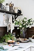 Strauß mit Zweigen vom Pfeifenstrauch in rustikaler Küche