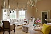 Eleganter apricotfarbener Salon mit Erker in historischer Villa