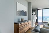 Weiße Frauen-Gallionsfigur als imposantes Dekostück im Wohnraum mit Meerblick