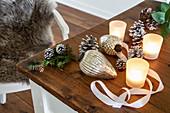Weihnachtsbaumanhänger, Zapfen und Windlichter