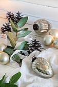Weihnachtsbaumanhänger, Zapfen und Blätterzweig