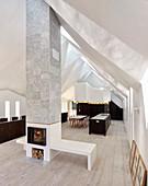 Zum Wohnraum umgebaute Kapelle mit facettierter Decke