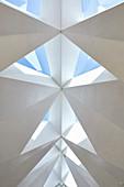 Facettierte Decke mit dreieckigen Dachfenstern