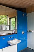 Badezimmer mit blau-weißen Glaswänden