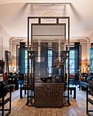 Wohnzimmer im Altbau mit schwarzen, asiatischen Antiquitäten
