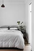 Minimalistisches Schlafzimmer in Weiß