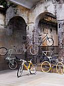 Künstlerische Installation von Fahrrädern in der Altstadt