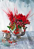 Strauß aus rot gefärbter Gerste, Begonien, Vogelbeeren und Bauernorchidee