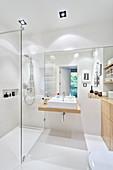 Weißes Badezimmer mit Duschbereich