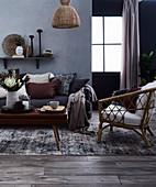 Gemütliches Wohnzimmer in Grautönen mit Naturmaterialien