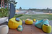 Moderne Gartenmöbel in Limette und Hellblau auf der Terrasse