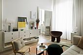 Designermöbel im Wohnzimmer in gedeckten Farben