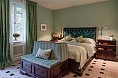 Klassisches Schlafzimmer im Englischen Stil mit grünen Wänden