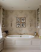 Eingebaute Badewanne mit Kassettenverkleidung im klassischen Bad