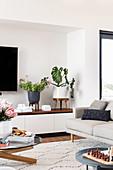 Pflanzenständer auf dem Sideboard im modernen Wohnzimmer