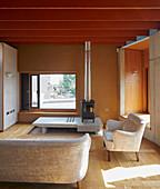 Ofen auf einem Plateau im experimentellen Architektenhaus