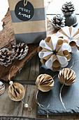 Selbstgebastelter Weihnachtsschmuck: kleine Wabenbälle und Rosetten aus Papier zum Aufhängen