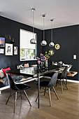 Esszimmer in Schwarz mit Esstisch, Klassikerstühlen und moderner Holzeckbank