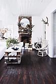 Paletten-Tisch, Sessel und Vintage Backstein-Kamin in weihnachtlich dekoriertem Wohnzhimmer
