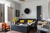 Couchtisch mit Lochmuster im klassischen Wohnzimmer