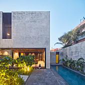 Modernes Architektenhaus aus Beton mit tropischem Garten und Pool