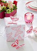 DIY-Geschenkpapier mit Schmetterling-Motiv