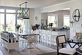 Esstisch vor dem Durchgang zur Küche im offenen Wohnraum