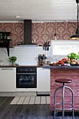 Bretter in Altrosa am Tressen, nostalgische Tapete über der Küchenzeile