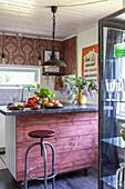 Kücheninsel auf Rollen mit rustikaler Bretterverkleidung