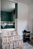 Ziegeltreppe führt ins Schlafzimmer