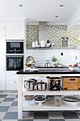 Hell Küche mit offener Kücheninsel und Schachbrettboden