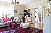 Alte Möbel und Perserteppich im Wohnzimmer im Granny Chic