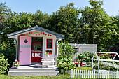 Spielhaus in amerikanischem Fifties-Style im Garten