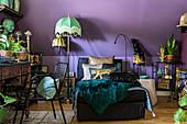Recamier und exotische Vintage-Deko im Kniestock mit lila Wand